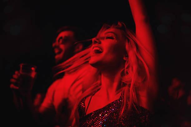 młoda para tańczy na festiwalu muzycznym. - atmosfera wydarzenia zdjęcia i obrazy z banku zdjęć