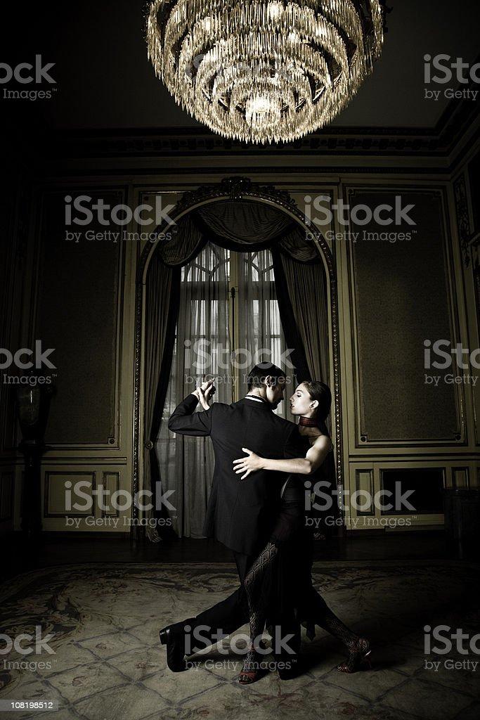 Jovem casal elegante Dançando Tango no quarto - foto de acervo