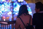 クリスマスライトでデート若いカップル