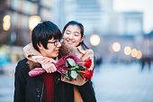 街でデートする若いカップル