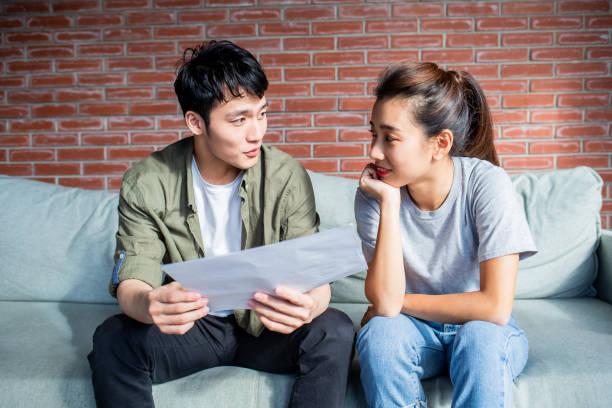 junges Paar diskutieren Finanzplan – Foto