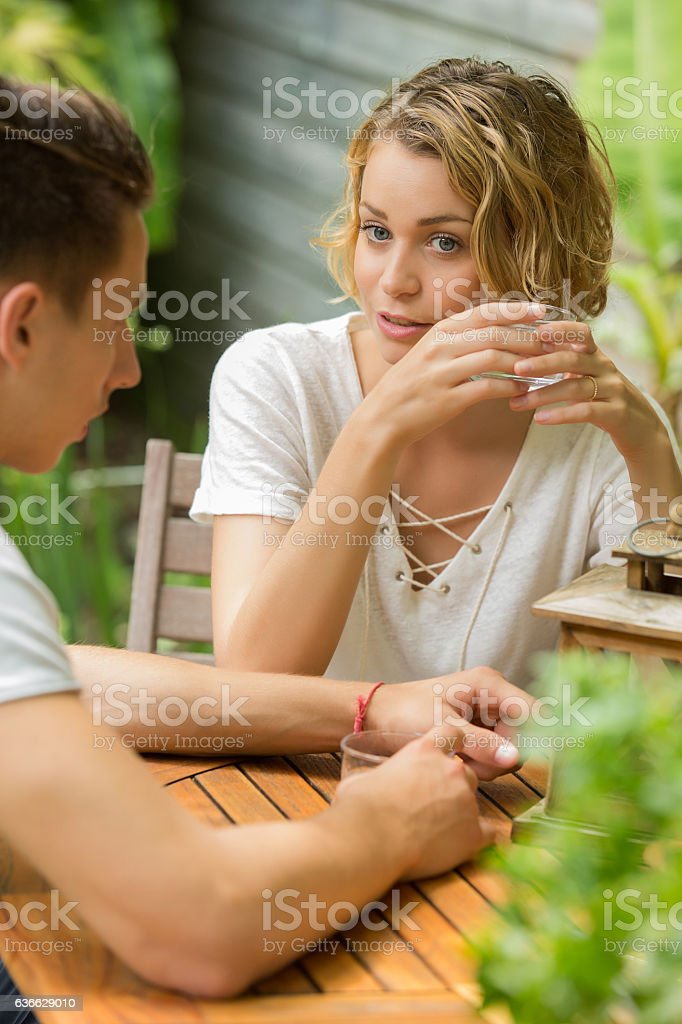 young couple drinking water - foto de acervo