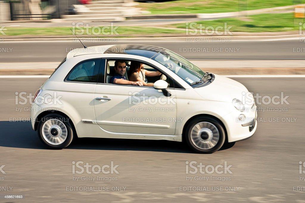 Giovane coppia di guidare Fiat 500 - foto stock