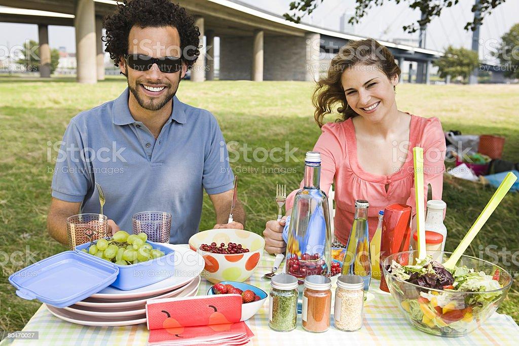 젊은 커플입니다 점심 먹고 필드 royalty-free 스톡 사진