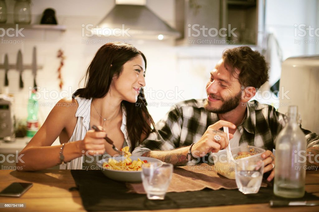 Young couple eating together at home – Foto