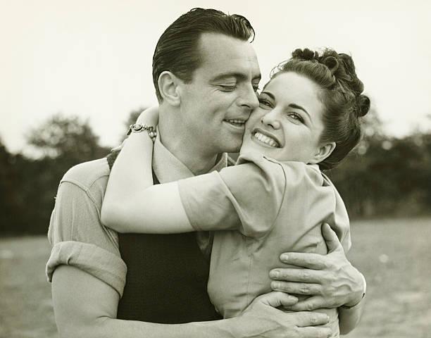 フィールドで受け入れて若いカップルのキス、男性女性、(b &w - 1930~1939年 ストックフォトと画像