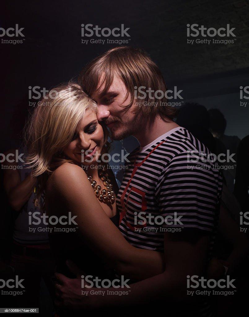 Junges Paar Umarmen in Nachtclub Lizenzfreies stock-foto