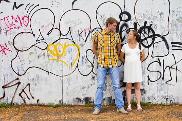 junges paar end-wand - sprüche zur schwangerschaft stock-fotos und bilder