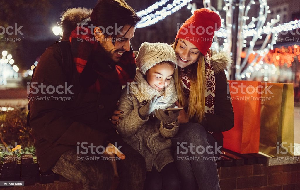 Young couple enjoying Christmas in the city stok fotoğrafı