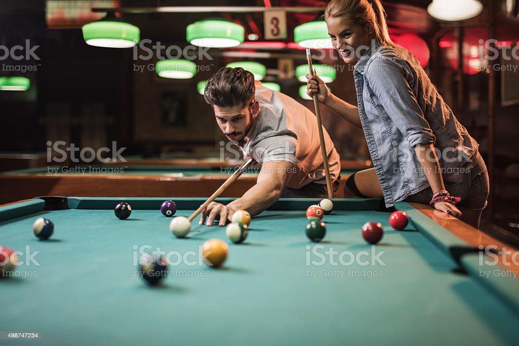 Junges Paar Genießen Sie ein snooker Spiel in der Halle. – Foto