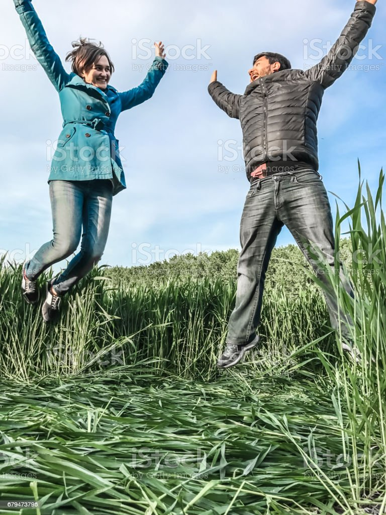 享受生活在大自然中的年輕夫婦 免版稅 stock photo