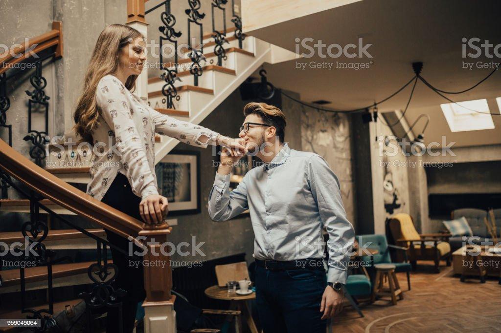 Pareja joven/esposos disfrutan pasar tiempo juntos en la cafetería - foto de stock