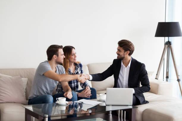 junges paar, familie bewältigen, immobilienmakler, innenarchitekt - immobilienmakler stock-fotos und bilder