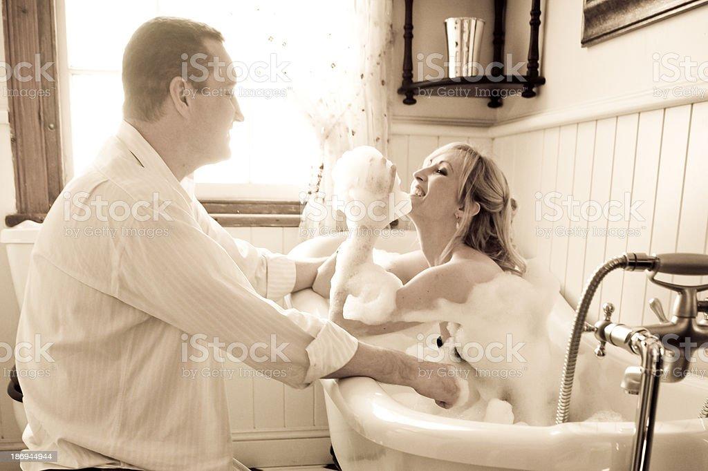 Сделать себе старик в ванной с молодой