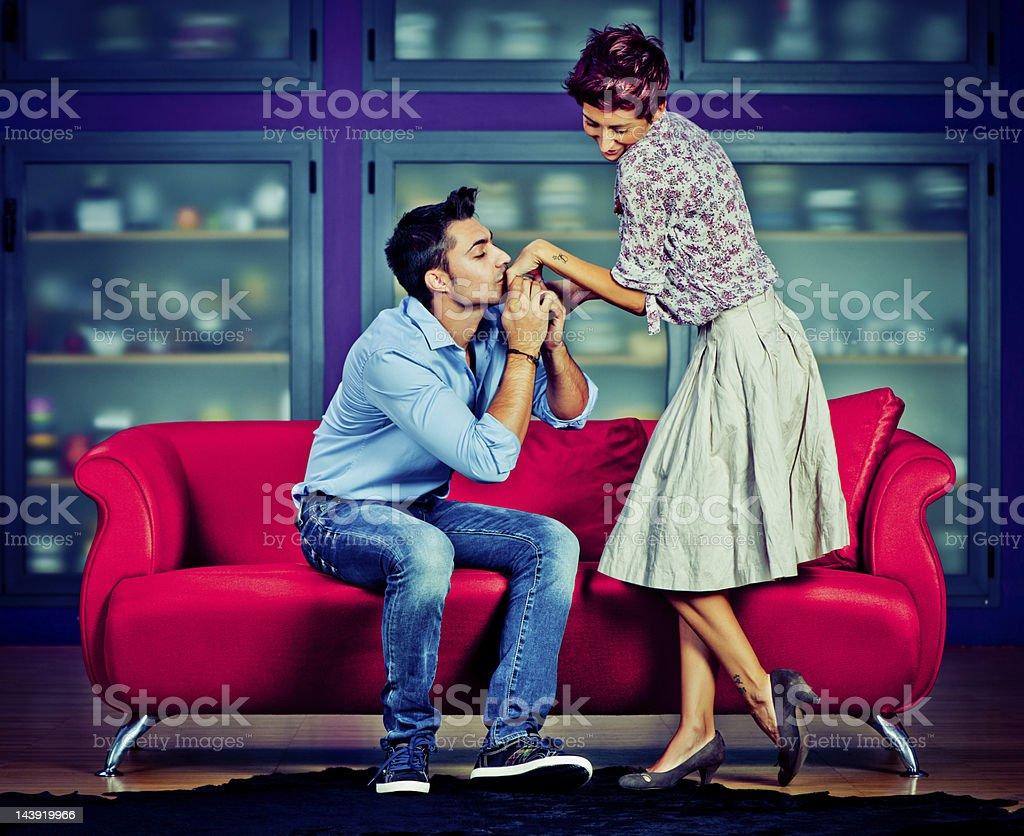 Joven pareja coqueteando - foto de stock