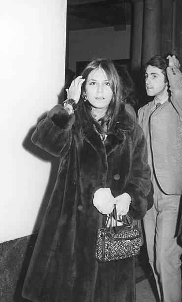 junges paar von der sixties.black und weiß - winterjacke lang damen stock-fotos und bilder