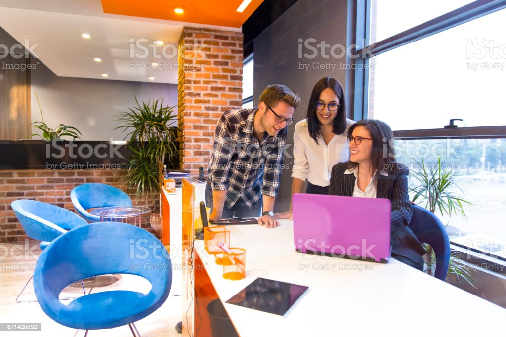 Jeune couple, obtenir des conseils au bureau de femme d'affaires belle - Photo