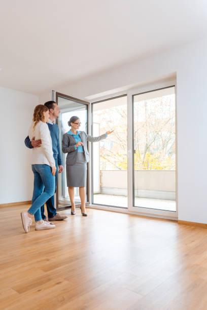 Junges Ehepaar bekommt Tour durch die Wohnung, die sie in Betracht ziehen – Foto