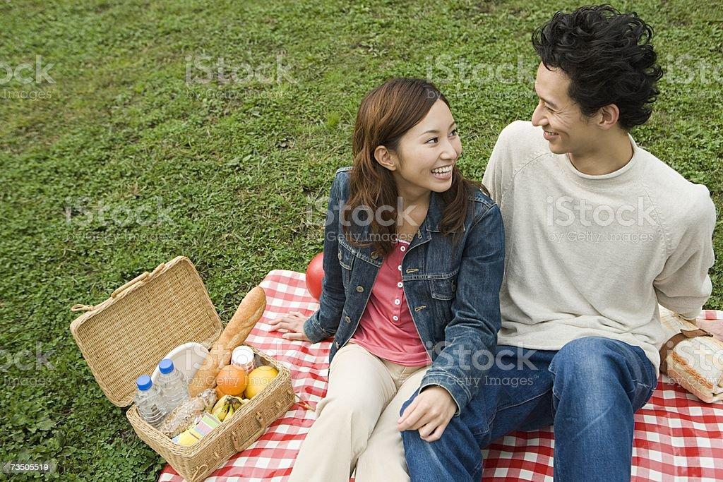Pareja joven teniendo un picnic foto de stock libre de derechos