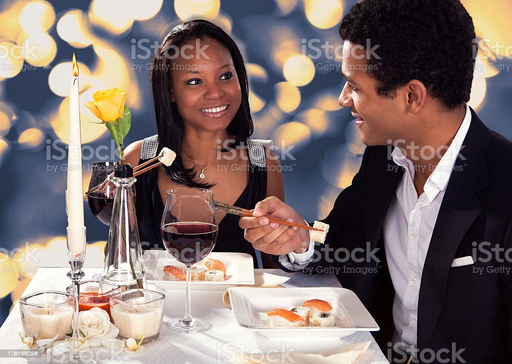 Couple romantique, manger des sushis - Photo
