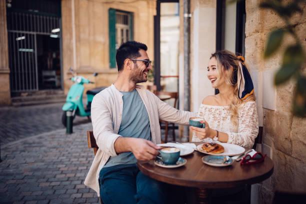 junge paare, brunch am traditionellen café in europa - spanisches essen stock-fotos und bilder