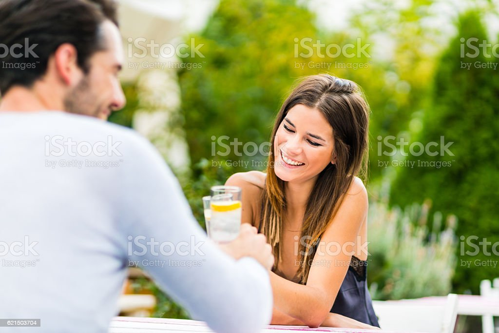 Young couple having conversation at outdoor bar foto stock royalty-free