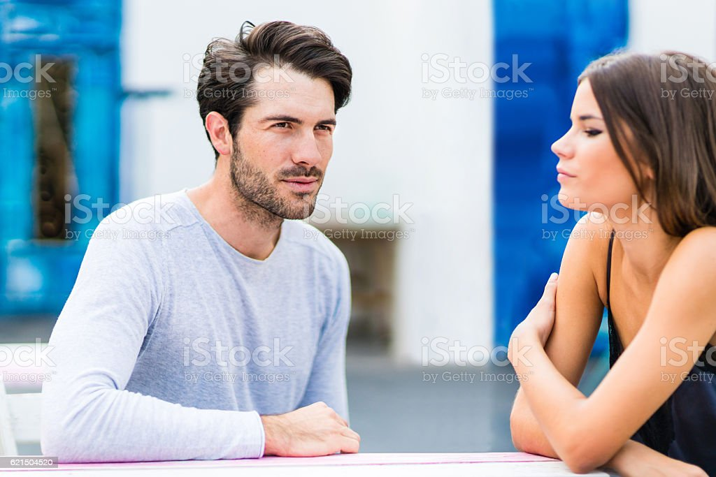 Young couple having conversation at outdoor bar Lizenzfreies stock-foto