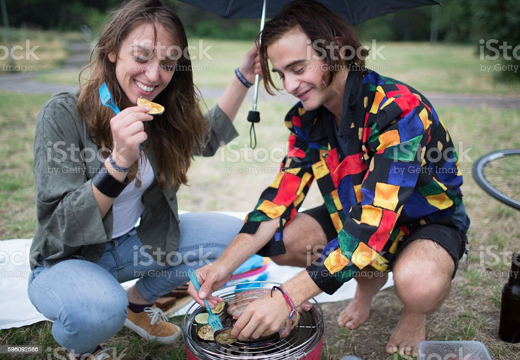Young couple having fun grilling food in park Lizenzfreies stock-foto