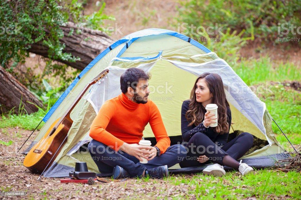 Genç çift ormanda eğleniyor stok fotoğrafı