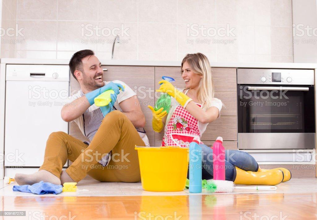 Junge Paare, die Spaß bei der Hausarbeit – Foto