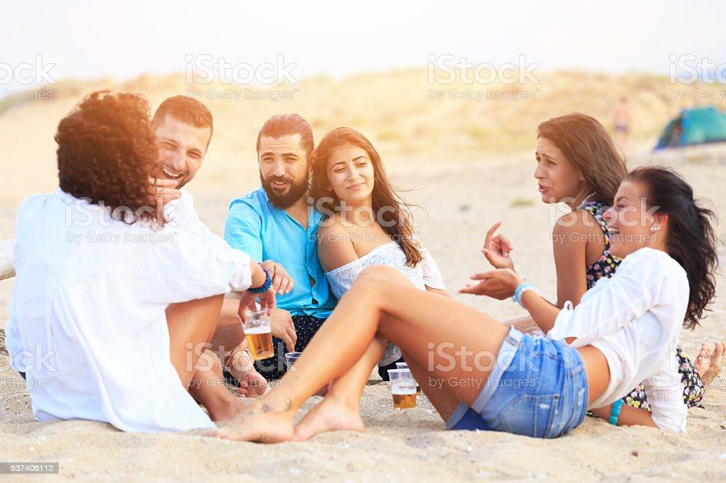 126a63629b6bd Pareja joven divirtiéndose con sus amigos en la playa foto de stock libre  de derechos