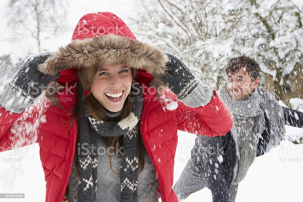 Jeune couple après la bataille de boules de neige - Photo