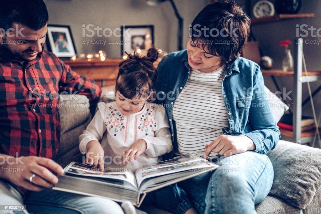 Junge Paare, die haben einige Zeit mit der Familie mit Tochter – Foto
