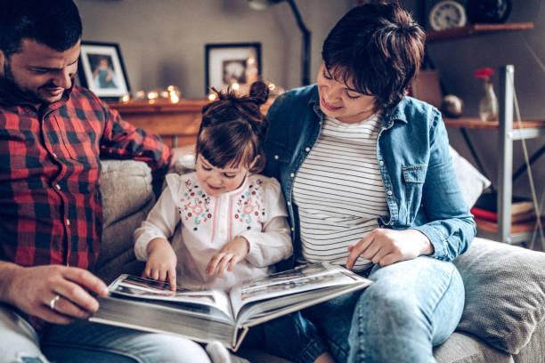 年輕夫婦有一些家庭時間與女兒 - 相簿 個照片及圖片檔