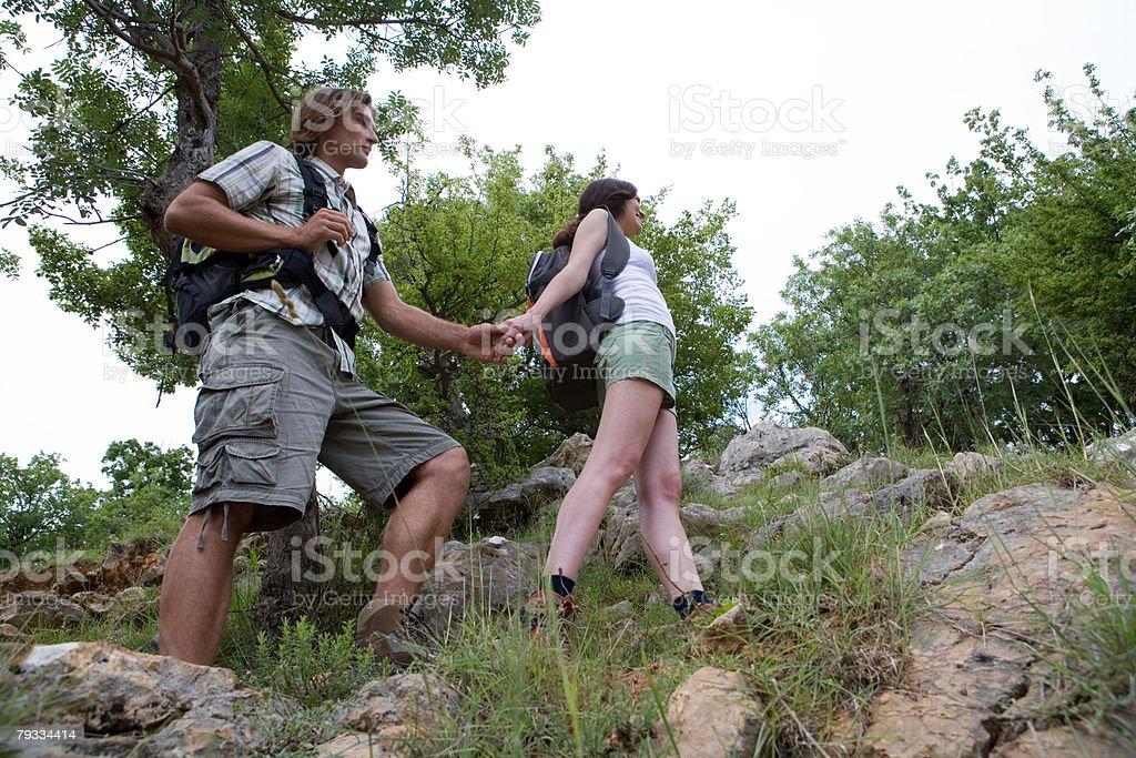 若いカップルのハイキング ロイヤリティフリーストックフォト