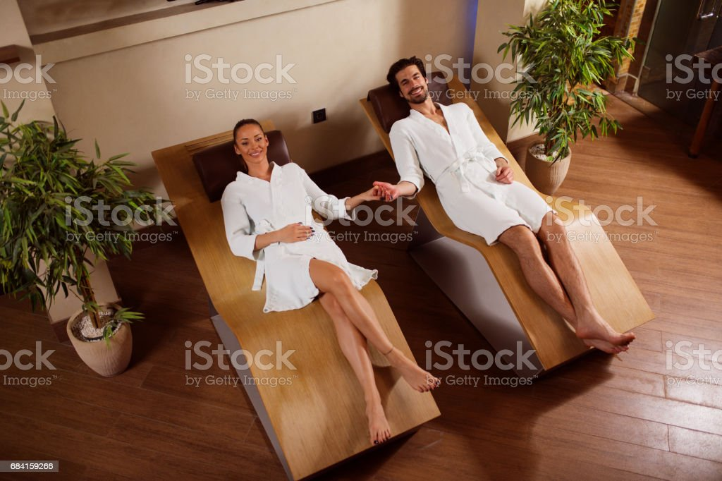 Jong koppel hand in hand in de spa- en rusttijden royalty free stockfoto