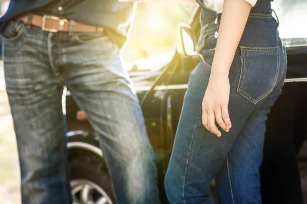 junges paar hand in hand miteinander, braut und bräutigam in vintage blue-jeans im weichen licht des sonnenuntergangs zusammenstehen - bräutigam jeans stock-fotos und bilder