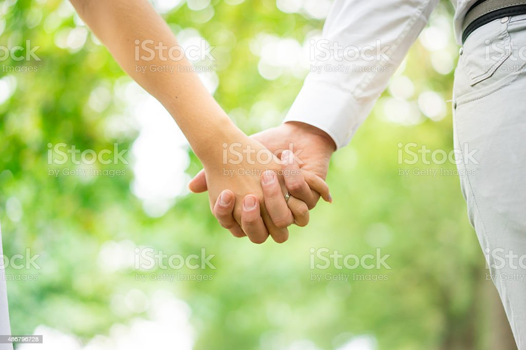 若いカップルは手をつなぐ公園、ロンドン。 - 2015年のロイヤリティフリーストックフォト