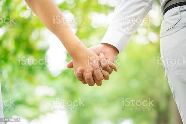 若いカップルは手をつなぐ公園ロンドン - 2015年のストックフォトや画像を多数ご用意