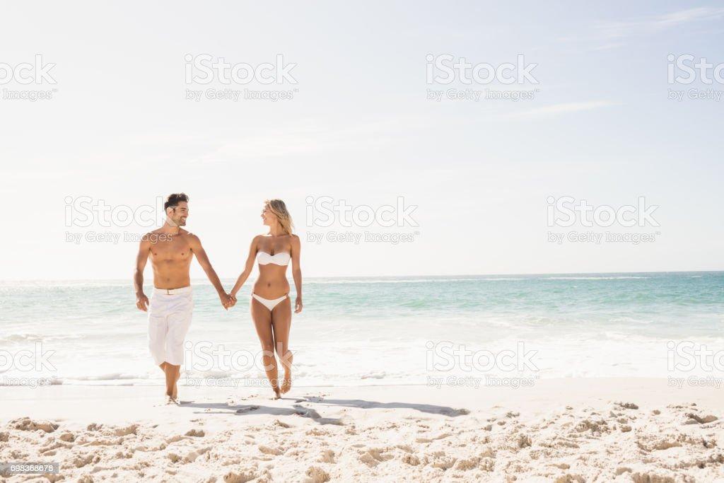 Junges Paar holding hands – Foto