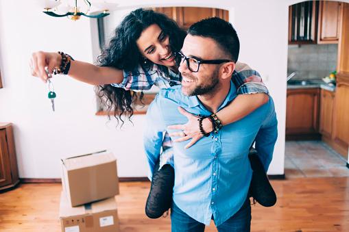 Junges Paar Tasten Der Neuen Wohnung Stockfoto und mehr Bilder von Auspacken