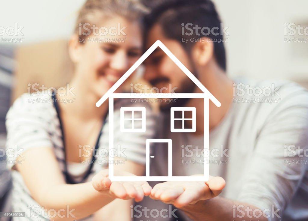 Junges Paar halten ihr neues Traumhaus in Händen – Foto