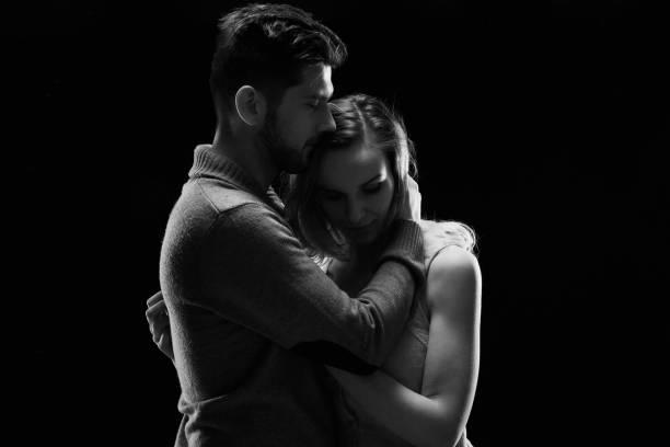 junges paar umarmen - emoticon hug stock-fotos und bilder
