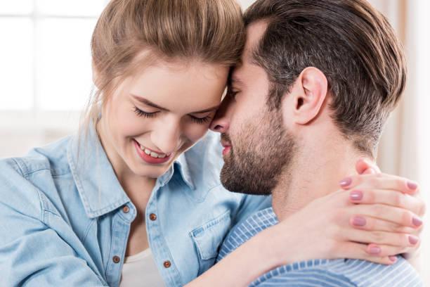 Jeune couple embrassant - Photo