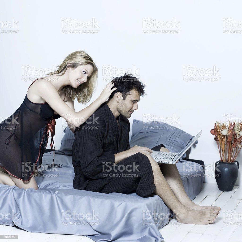 Giovane coppia in un letto foto stock royalty-free