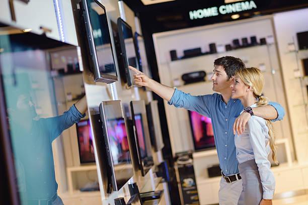 Junges Paar in die consumer electronics store kaufen-Fernseher – Foto