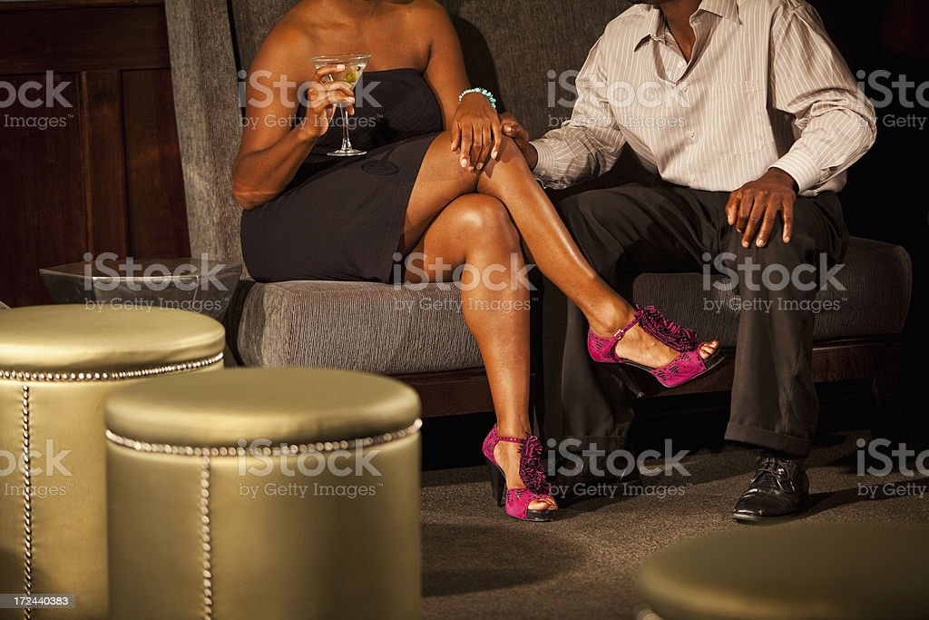 Jeune couple au bar-salon - Photo