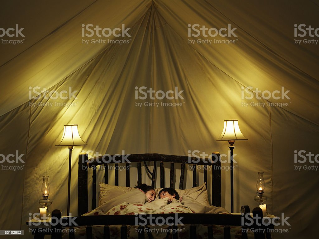 Giovane coppia a Letto all'interno della tenda. foto stock royalty-free