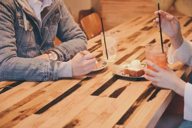 咖啡館裡的年輕情侶 - 異性情侶 個照片及圖片檔