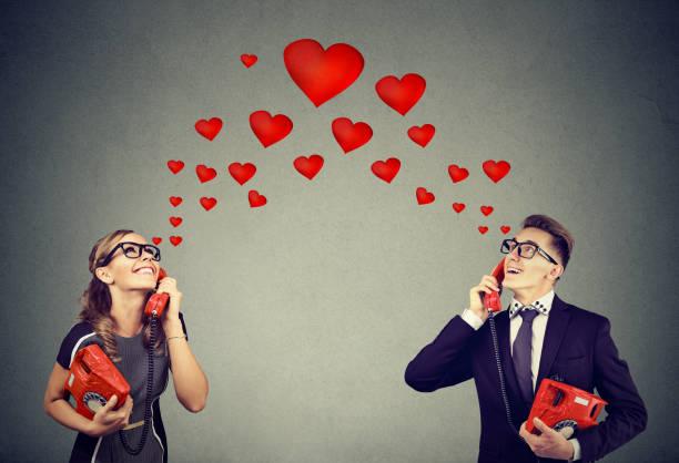 Junges Paar in Liebe mit romantischen Telefongespräch – Foto